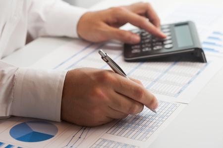 fondos negocios: Hombre de negocios en el trabajo en su oficina