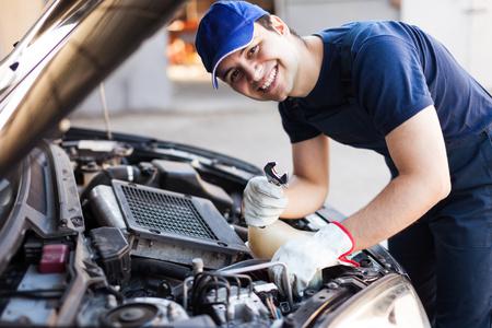 mechanic: Mecánico que trabaja en un motor de automóvil Foto de archivo