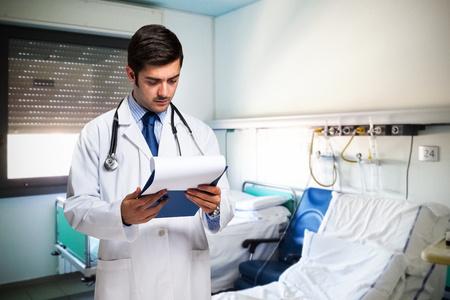 historia clinica: M�dicos de la lectura de un documento en el hospital
