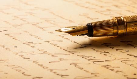 pluma de escribir antigua: Pluma en una carta escrita a mano antiguos Foto de archivo