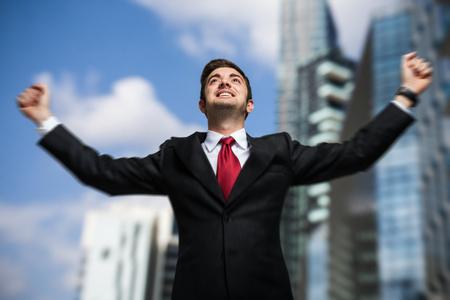 Úspěch: Portrét velmi šťastný muž