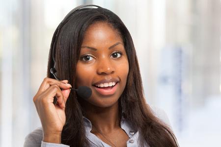 servicio al cliente: Retrato de un representante del cliente sonriente