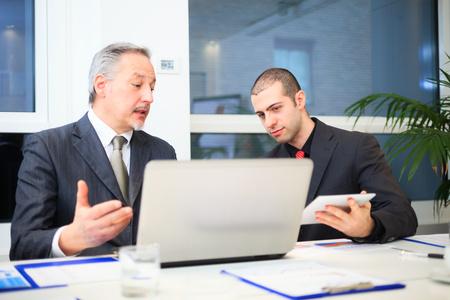gestion documental: La gente de negocios en el trabajo en una oficina moderna