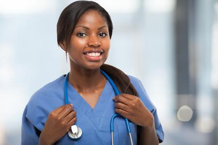 젊은 미소 간호사의 초상화