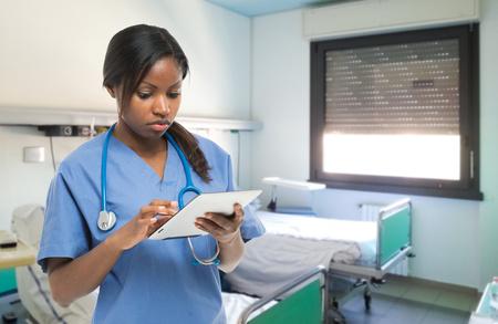 Portret van een vrouwelijke arts met behulp van een tablet