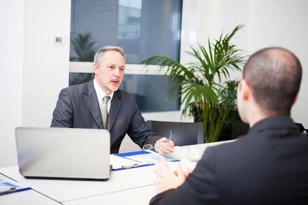 persone che parlano: Gente che parla di business nel loro ufficio