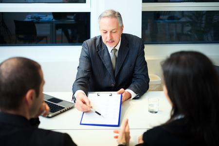 divorcio: Hombre de negocios mayor que muestra un documento Foto de archivo