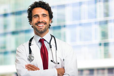 doctoring: Ritratto di un medico sorridente bel
