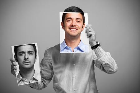 feeling positive: Retrato de un hombre cambiar su estado de �nimo Foto de archivo