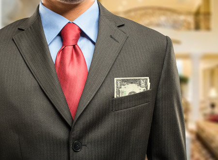 rich man: Hombre rico mantener el dinero en el bolsillo Foto de archivo