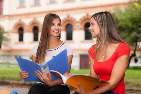Lächelnde junge Studenten im Freien