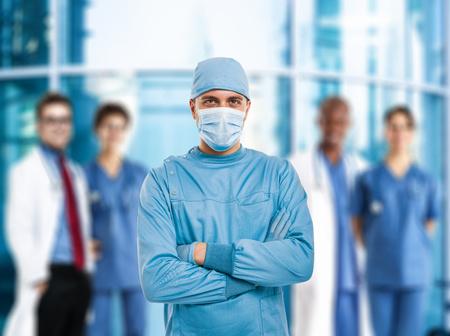 doctoring: Ritratto di un chirurgo fiducioso di fronte a un gruppo di medici Archivio Fotografico