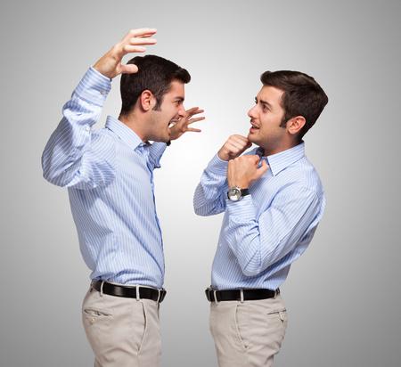 Man aanvallen van een bange kloon van zichzelf Stockfoto - 32259026