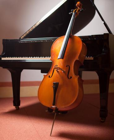 violoncello: Concetto di musica classica: pianoforte e violoncello Archivio Fotografico