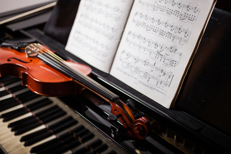 Klassieke muziek scene: viool en score op een piano