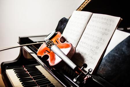 partition musique: Classical music concept: violoncelle, violon, piano et un score
