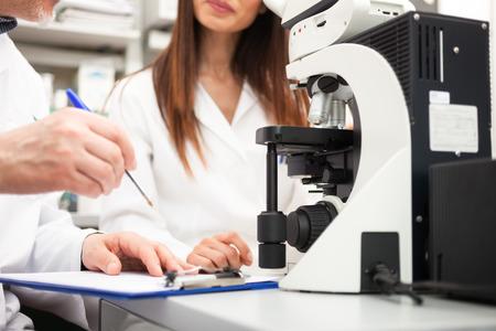 laboratorio: Los investigadores en el trabajo en un laboratorio