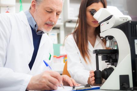 laboratorio clinico: Los investigadores en el trabajo en un laboratorio