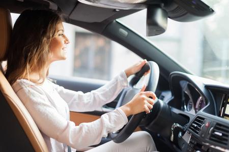 manejando: Mujer joven conducía su automóvil