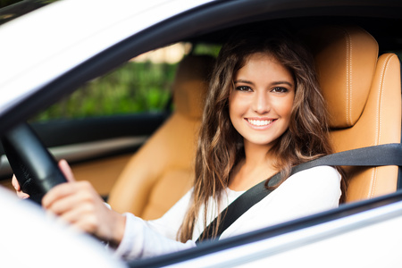 Jovem, mulher, dirigindo seu carro Imagens