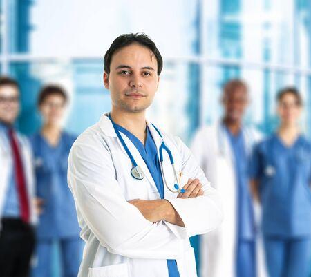 doctoring: Ritratto di un medico sorridente di fronte alla sua squadra