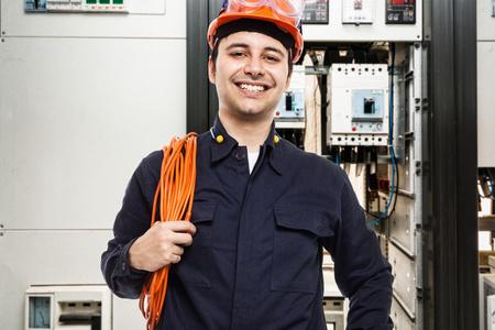 elektrizit u00e4t: Porträt von einem Elektriker bei der Arbeit