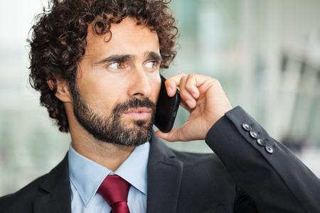 beau mec: Close-up portrait d'un homme d'affaires beau parler sur le t�l�phone mobile Banque d'images