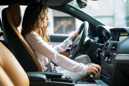 manejando: Mujer joven conduc�a su autom�vil
