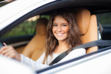 asiento coche: Mujer joven conducía su automóvil