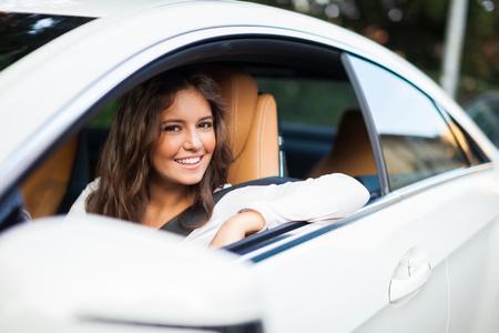 Jonge vrouw haar auto Stockfoto