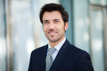 Porträt einer schönen lächelnden Geschäftsmann