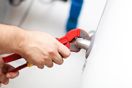 Technicien réparation d'un chauffe-eau