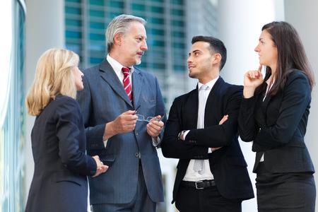 grupos de personas: La gente de negocios que hablan