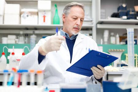inventario: Científico que trabaja en un laboratorio  Foto de archivo
