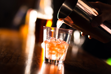 bebidas alcoh�licas: Camarero que sirve un c�ctel en una coctelera Foto de archivo