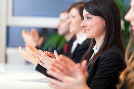 personas saludandose: Empresarios aplauden las manos durante una reuni�n
