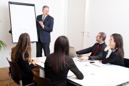 reuniones empresariales: Reuni�n de negocios en la oficina Foto de archivo