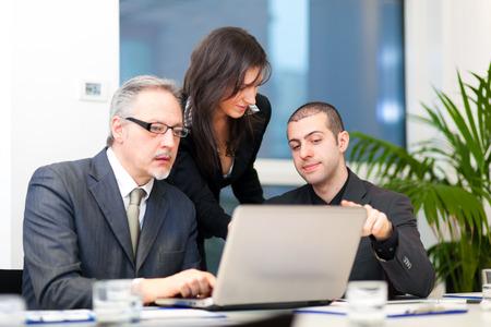 ejecutivo en oficina: La gente de negocios en el trabajo Foto de archivo