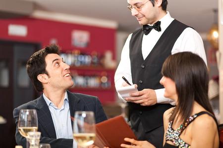 meseros: Pareja pedir comida en un restaurante
