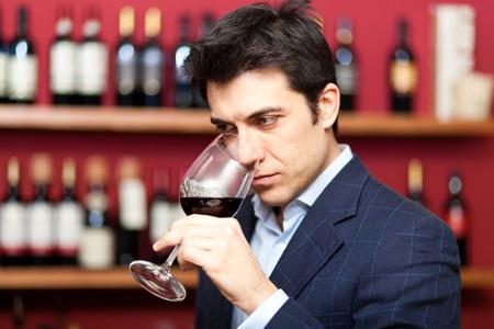레드 와인 한 잔 시음하는 사람