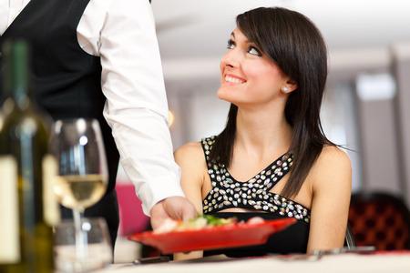 camarero: Camarero que sirve comida de mar a una pareja Foto de archivo