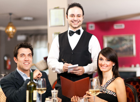 meseros: Pareja pedir la cena en un restaurante