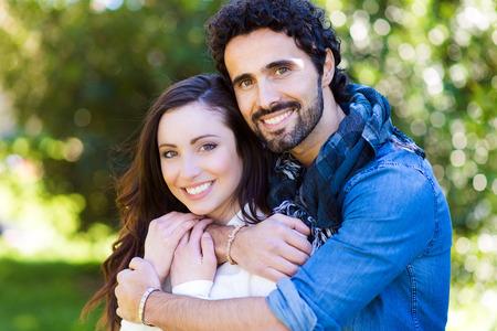 belle brunette: Close up portrait de jolie jeune couple dans l'amour en plein air