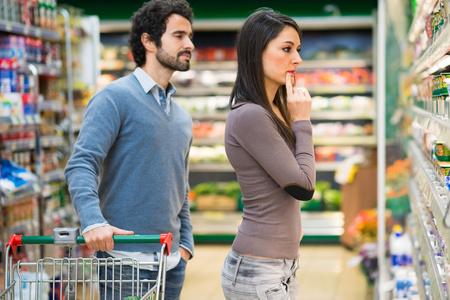 スーパーで買い物のカップル