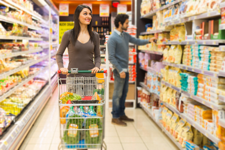 carro supermercado: Pareja joven de compras en un supermercado