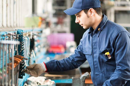 mecanica industrial: Retrato de un trabajador de la b�squeda de la herramienta adecuada