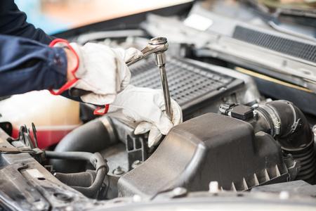air cleaner: Detalle de un mec�nico de autom�viles en el trabajo sobre un coche en su garaje Foto de archivo