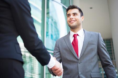 Los jóvenes de negocios dándose la mano