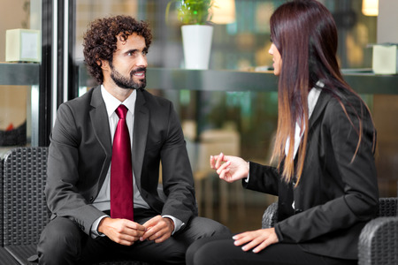 talking: Couple de gens d'affaires parler Banque d'images