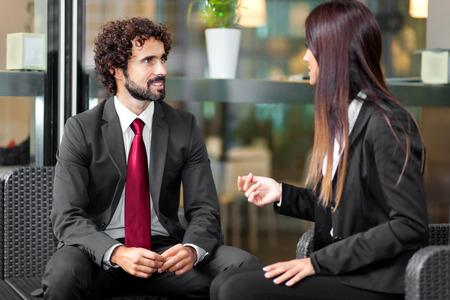 emberek: Pár üzletemberek beszélnek Stock fotó